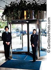 porta, homem, com, recepcionista, em, a, entrada