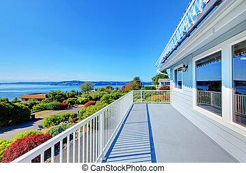 porta principale, veranda, con, acqua, vista, e, grigio, casa, exterior.