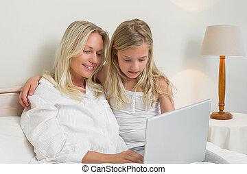 portable utilisation, chambre à coucher, girl, mère