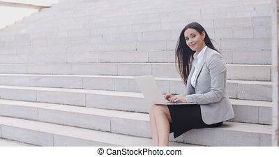 portable utilisation, femme, escalier, sourire