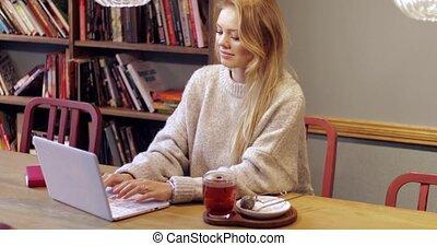 portable utilisation, femme, séduisant, bibliothèque