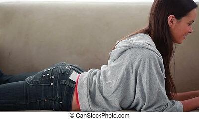portable utilisation, femme souriant, black-haired