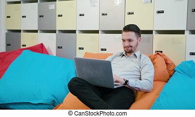 portable utilisation, intérieur, jeune, homme affaires