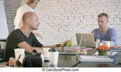 portables, collègues, coworking, business, bureau., travail, les, approches, quelque chose, femme, bureau, associé, discute
