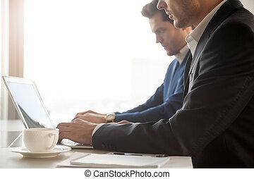 portables, employés, compagnie, bureau fonctionnant