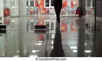 porte, bureau, shoes., verre, femelle noire, aller, jambes