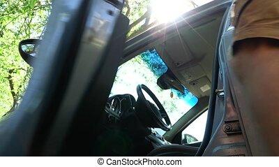 porte, intérieur., ouvre, voiture, assied, vient, homme