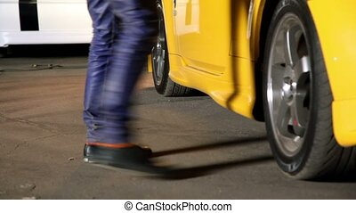 porte, voiture, jaune, assied, ouvre, homme