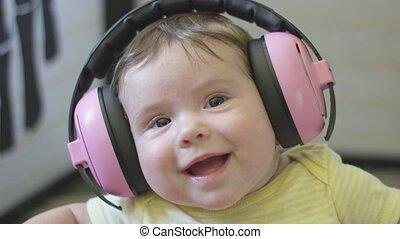 porter, écouteurs, mouvement, heureux, bébé, lent