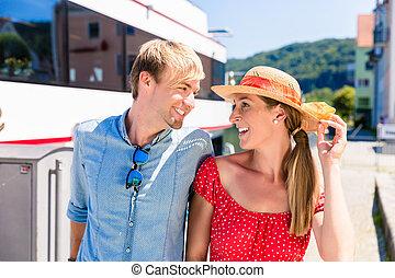 porter, été, soleil, couple, croisière, rivière, chapeaux