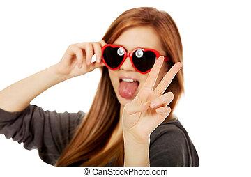 porter, adolescent, femme, lunettes soleil, jeune