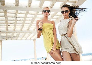 porter, adorable, lunettes soleil, femmes