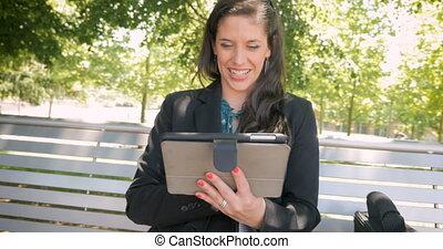 porter, affaires femme, tablette, habit, fonctionnement, rire, numérique, sourire heureux