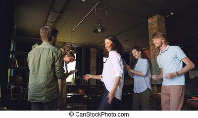 porter, apprécier, gens bureau, applaudir, danse, jeune, holiday., rire, hommes, mains, femmes, cercle, clothing., constitué, désinvolte, fête, heureux
