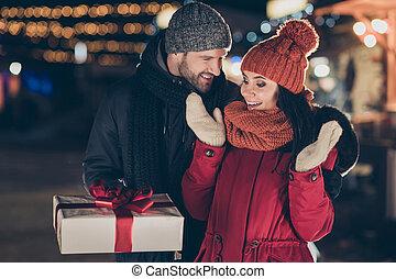 porter, arc, joli, manteaux, écharpes, tricoté, x-mas, tradition, dame, dehors, chaud, rouges, casquettes, photo, type, livrer, giftbox, newyear