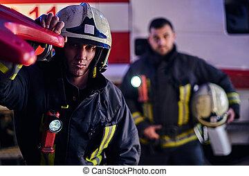 porter, arrivée, protecteur, brûler, nuit, deux, uniforme, suivant, debout, courageux, appeler, pompiers, temps, truck.
