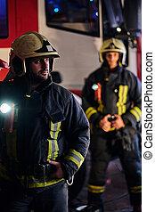 porter, arrivée, protecteur, brûler, nuit, deux, uniforme, suivant, debout, pompiers, appeler, temps, truck.