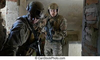 porter, bâtiment, opérationnel, commandant, fusils chasse, écoute, équipe, soldats, ruiné, ordres, exercice, avant