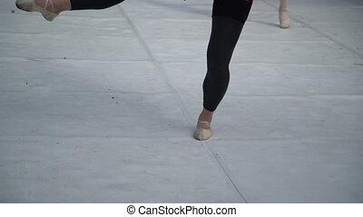 porter, ballerine, danseurs ballet, pratiquer, pratique, haut, pieds, dehors, performance, fin, outdoors., mouvements, classe, pantoufles