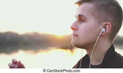 porter, beau, écouteurs, jeune, profil, musique, homme,...