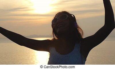 porter, beau, plage., avoir, lent, écouteurs, jeune, mouvement, danses, femme, brunette, écoute, amusement, musique, coucher soleil, 1920x1080, heureux