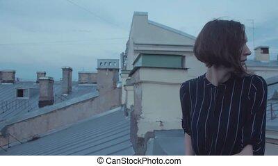 porter, bleu, court, raies, toit, cheveux sombres, girl, robe