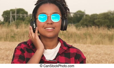 porter, bleu, femme, lunettes soleil, elle, cellule,...