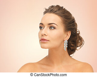 porter, boucles oreille, femme, diamant, brillant