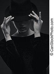 porter, brunette, chapeau, séduisant
