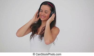 porter, brunette, femme, écouteurs, heureux