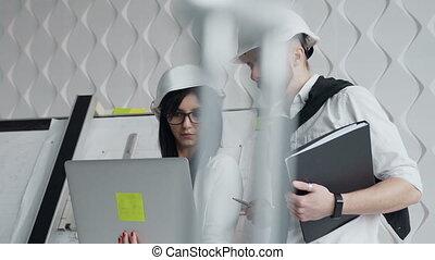 porter, casque, ou, site., projet, ordinateur portable, dur, deux, architectes, haut, regarder, construction, ils, fin, blanc, discuter, écran, ingénieurs