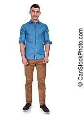 porter, chemise bleue, jeune, debout, homme, beau