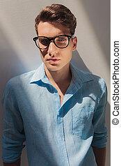 porter, chemise bleue, jeune homme, désinvolte, beau