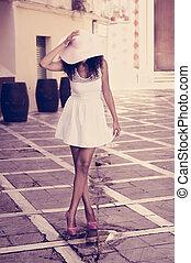 porter, coiffure, femme, soleil, jeune, chapeau noir, robe,...