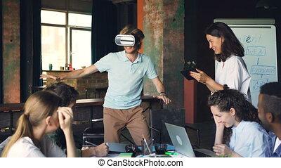porter, collègues, sien, tablette, quoique, bureau., ordinateur portable, jeune, réalité virtuelle, regarder, lui, jeu, rire, amusement, utilisation, lunettes, jouer, avoir, homme