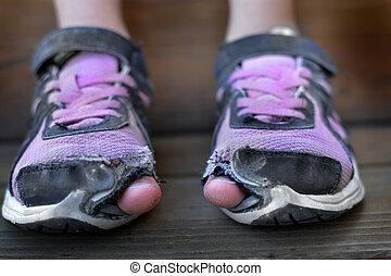 porter, collage, les, orteils, vieux, chaussures, trous, porté, sdf, enfant, dehors