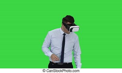 porter, concept, chroma, jeune, écran, vr, avenir, vert, key., étonné, homme affaires, technologie, lunettes