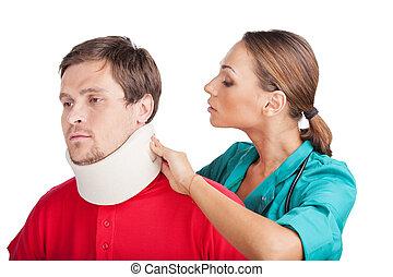 porter, cou, docteur, jeune, mettre, fond, collar., blanc, cervical, attache, homme