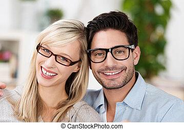porter, couple, mariés, séduisant, lunettes