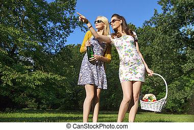 porter, dames, lunettes soleil, bois, deux, branché, joyeux