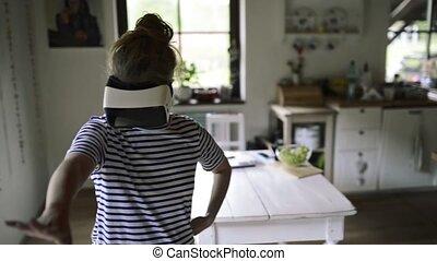 porter, debout, femme, réalité virtuelle, lunettes protectrices, cuisine