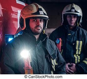 porter, debout, protecteur, brûler, deux, uniforme, garage, pompiers, camion, suivant, department.