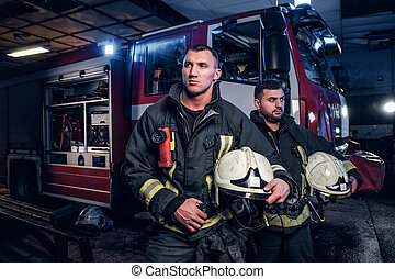 porter, debout, protecteur, brûler, nuit, arrivée, deux, uniforme, garage, pompiers, camion, temps, appeler, suivant, department.
