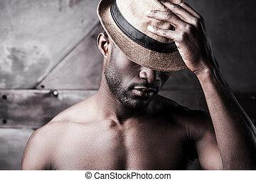 porter, debout, sien, métal, sans chemise, hat., favori, jeune, contre, quoique, fond, africaine, portrait, chapeau, ajustement, homme