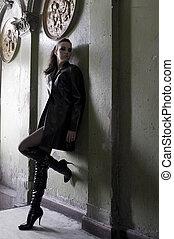 porter, entrée, mode, vieux, manteau cuir, bottes, sombre, maison, modèle, principal