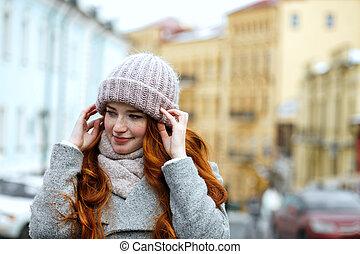 porter, espace, chevelure, casquette, tricoté, chaud, poser, écharpe, rue., portrait, tendre, closeup, girl, vide, rouges
