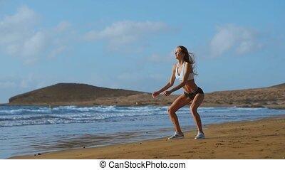 porter, extérieur, fonctionnement, s'accroupit, athlétique, sportive, engagé, jeune, sports., femme, exercice, femme, fitness, outdoors., sunset., plage, vêtements de sport, dehors