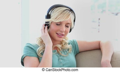 porter, femme, écouteurs, jeune