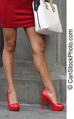 porter, femme, élevé, stiletto talons, rouges