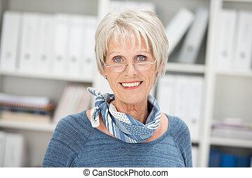 porter, femme affaires, sourire, personne agee, lunettes